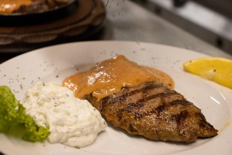 Taverna Kolossos Fleisch auf dem Teller Bifteki